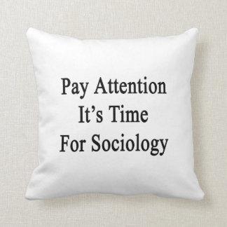 Atención de la paga es hora para la sociología cojines