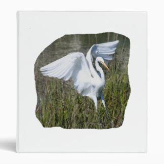 Aterrizaje blanco del Egret en pantano