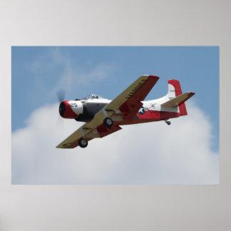 Aterrizaje de A1 Skyraider en Warbirds sobre Delaw Póster