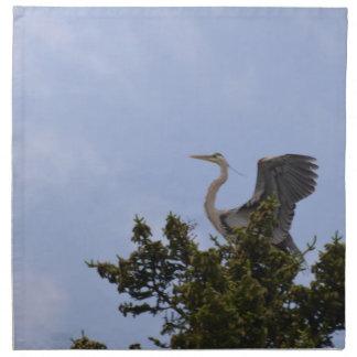 Aterrizaje de la garza de gran azul en jerarquía servilleta imprimida