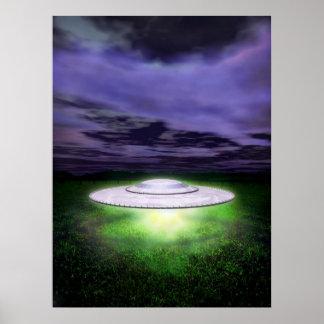 Aterrizaje de noche del UFO Póster