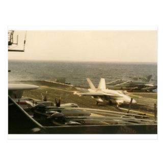 Aterrizaje del avispón F18 en USS INTERMEDIARIO Tarjeta Postal