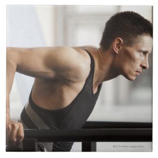 Atleta de sexo masculino que usa el equipo de la g azulejo cuadrado grande