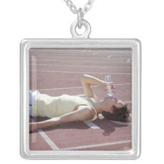 Atleta olímpico 2012 que bebe después de raza collar plateado