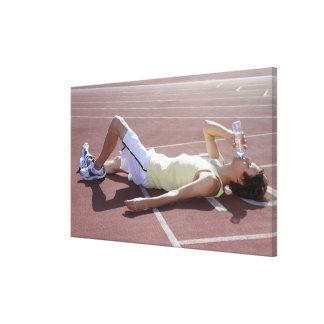 Atleta olímpico 2012 que bebe después de raza impresión en lienzo