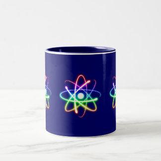 Átomo que brilla intensamente colorido taza de dos tonos