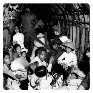 Atontado por el salvajismo de un ataque o de Viet Reloj Cuadrado