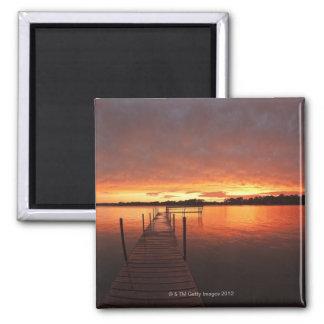 Atraque en la puesta del sol en el lago imán cuadrado