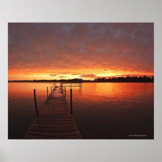Atraque en la puesta del sol en el lago póster