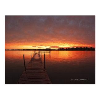 Atraque en la puesta del sol en el lago postal