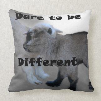 Atrevimiento a ser diferente almohada