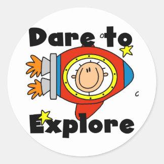 Atrevimiento del astronauta para explorar las etiqueta redonda