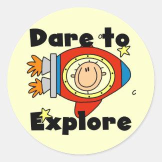 Atrevimiento del astronauta para explorar las pegatina redonda