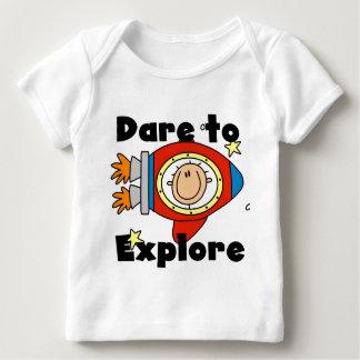 Atrevimiento del astronauta para explorar las playera de bebé