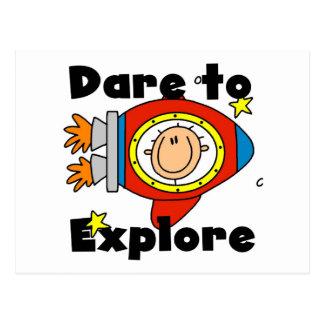 Atrevimiento del astronauta para explorar las tarjeta postal