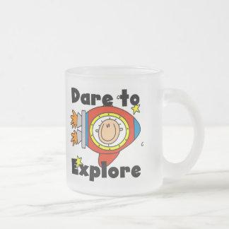 Atrevimiento del astronauta para explorar las taza de café esmerilada
