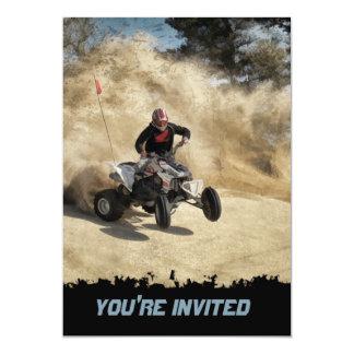 """ATV en el camino de tierra en la nube de polvo Invitación 5"""" X 7"""""""