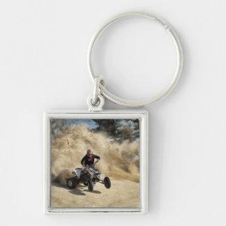ATV en el camino de tierra en la nube de polvo Llavero Cuadrado Plateado