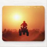 ATV que salta en la puesta del sol