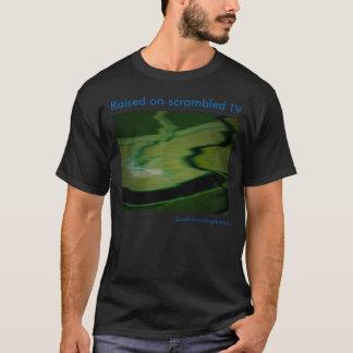 Aumentado en la camiseta revuelta de la TV