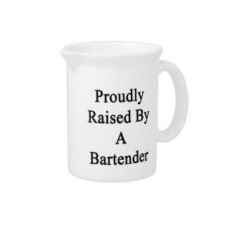 Aumentado orgulloso por un camarero jarra