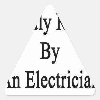 Aumentado orgulloso por un electricista pegatina triangular