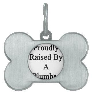 Aumentado orgulloso por un fontanero placa de nombre de mascota