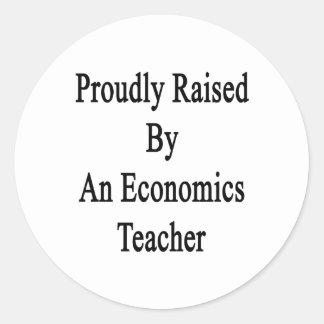 Aumentado orgulloso por un profesor de la economía pegatina redonda