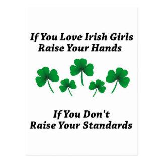 Aumente sus manos para los chicas irlandeses tarjetas postales
