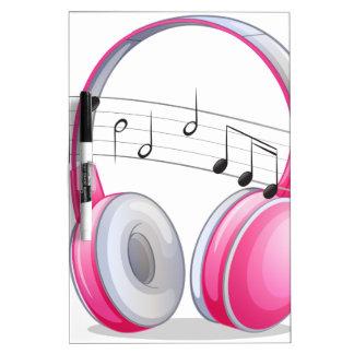 Auricular y notas pizarra blanca
