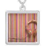 Auriculares coloridos colgante cuadrado