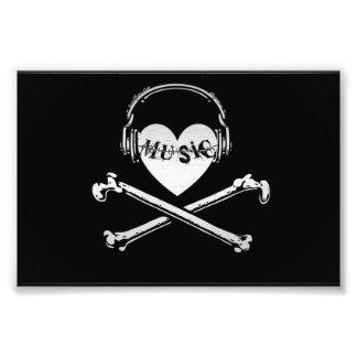 Auriculares cráneo y bandera pirata de la música d fotos
