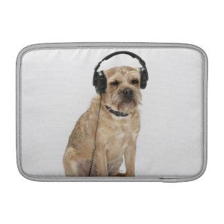 Auriculares que llevan del pequeño perro fundas para macbook air