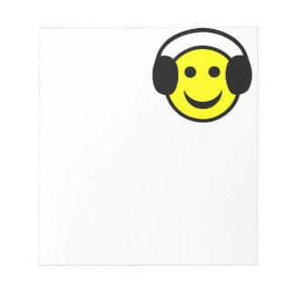 Auriculares sonrientes blocs de notas