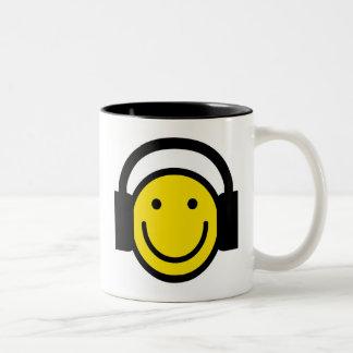 Auriculares sonrientes taza de café