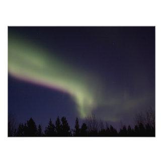 Aurora boreal con una raya de la púrpura arte fotografico