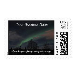 Aurora boreal en bosque boreal sellos