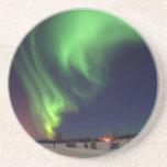 Aurora boreal en el lago bear posavasos para bebidas