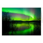 Aurora boreal reflejada en el lago felicitaciones
