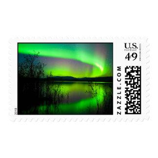 Aurora boreal reflejada en el lago franqueo