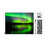 Aurora boreal reflejada en el lago sellos