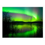 Aurora boreal reflejada en el lago tarjeta postal