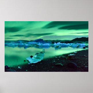 Aurora boreal sobre el lago Jokulsarlon, Islandia Posters