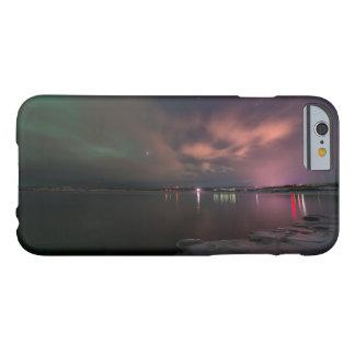 Aurora boreal sobre el lago Tornetrask en Abisko Funda Para iPhone 6 Barely There