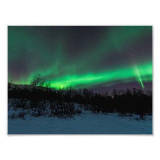 Aurora boreal sobre la impresión de la foto de