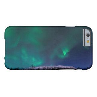 Aurora boreal sobre Mt Nuolja en Suecia Funda De iPhone 6 Barely There