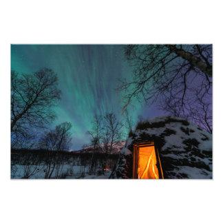 Aurora boreal sobre una impresión de la foto de la fotografías