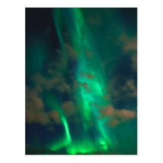 Aurora boreal verde hermosa con las nubes postales