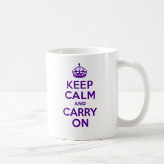 Auténtico guarde la calma y continúe la púrpura taza clásica