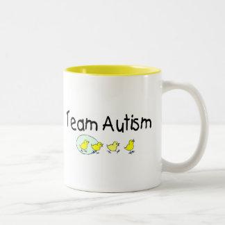 Autismo del equipo (polluelos) taza de dos tonos